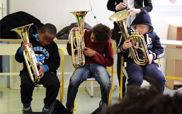 Les jeunes élèves de CM2 découvrent leur tuba. (© V. Tribot Laspière/France Musique)