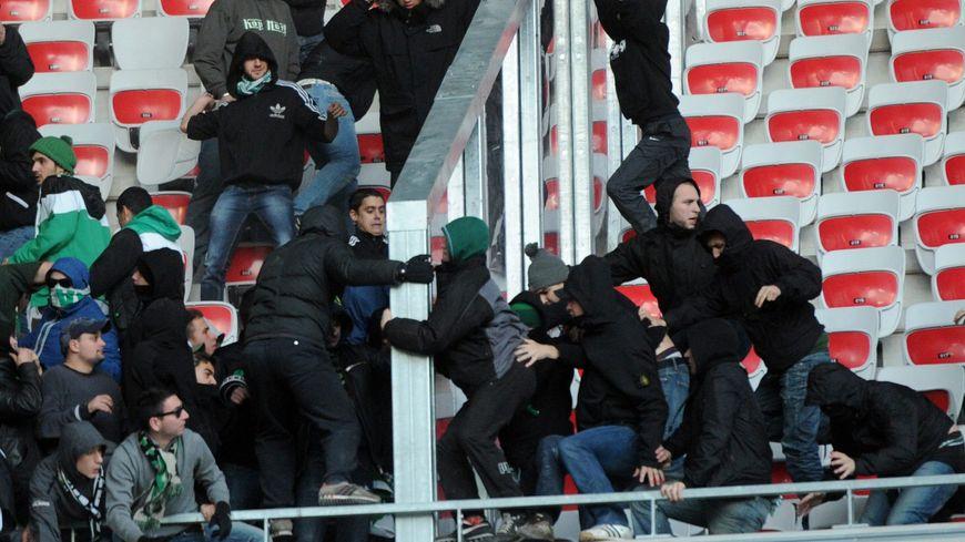 Les supporters des deux camps s'étaient affrontés à coups de poings et de sièges.