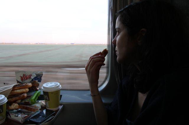 Dans le train, Karin, qui a traduit le reportage