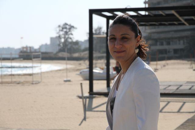 Ceren devant la plage de Famagusta, avec au loin, la ville fantôme