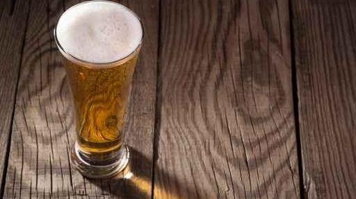 Les clients rapportaient leurs verres au bar