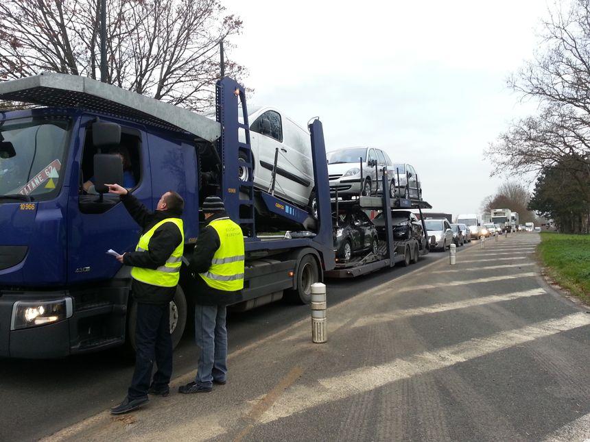 Les routiers bloquent le rond-point de Roye pour obtenir l'abandon de l'écotaxe
