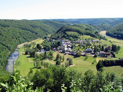 La Semois et le village de Frahan vus depuis le point de vue longeant la route d'Alle à Rochehaut.