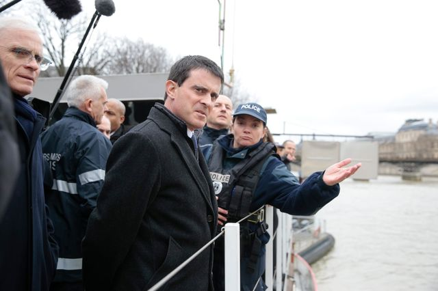 Manuel Valls rend visite à la brigade fluviale parisienne