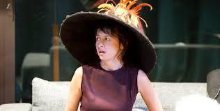 """Valérie Bonneton avec le chapeau """"Volcan"""""""