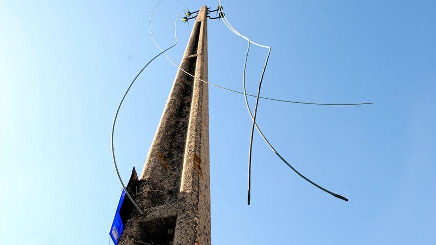 12 oct 2013 - Montpellier - Des agents d'EDF-ERDF réparent une ligne électrique après un vol de câbles de cuivre