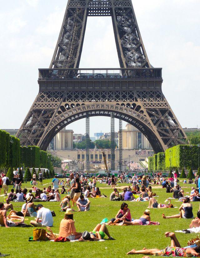 Bain de soleil au Champs de Mars à Paris en 2012