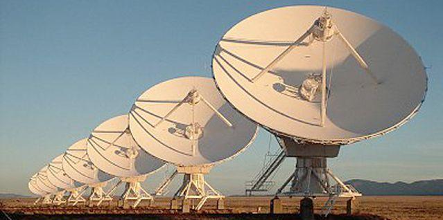 Antennes paraboliques dans le désert au Mexique