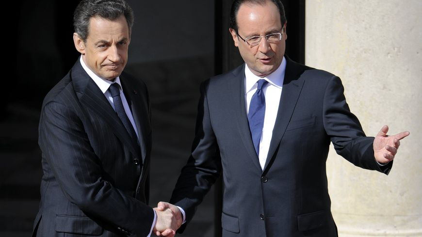 Nicolas Sarkozy et François Hollande sur le perron de l'Elysée lors de la passation de pouvoir en 2012.