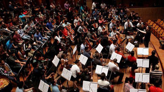 Gustavo Dudamel en train de diriger l'Orchestre symphonique Simon Bolivar. (© LEONARDO MUNOZ/epa/Corbis)