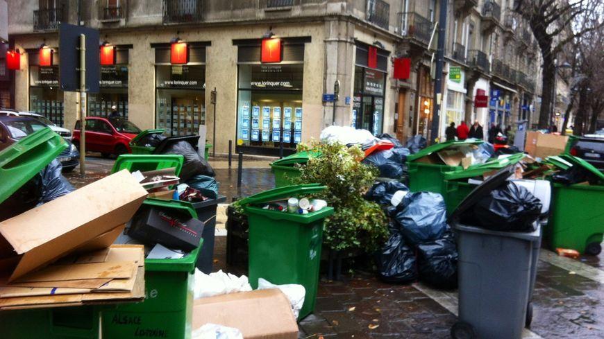 4e jour de grève des éboueurs à Grenoble - les poubelles s'accumulent sur les trottoirs.