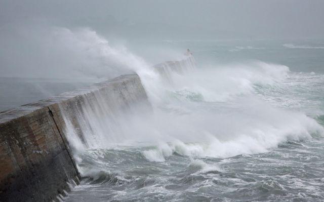 . Les vents violents devraient se déplacer progressivement vers l'Est du pays.