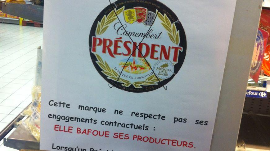 Action surprise des producteurs de lait manchois dans un supermarché de Saint-Lô