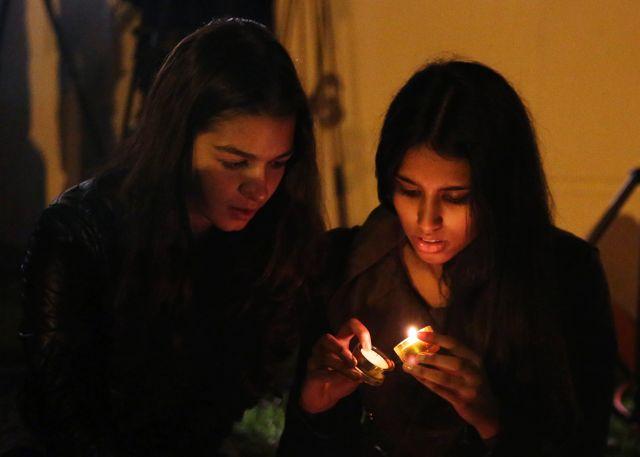 Deux jeunes femmes se recueillent devant le domicile de Mandela à Johannesburg