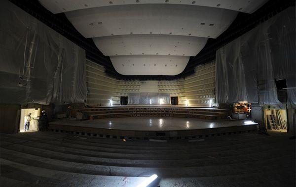 A la place de l'orgue, le gradin des choeurs a été installé. (© Radio France/Christophe Abramowitz)