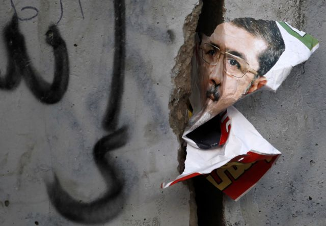 Un poster déchiré de Mohammed Morsi