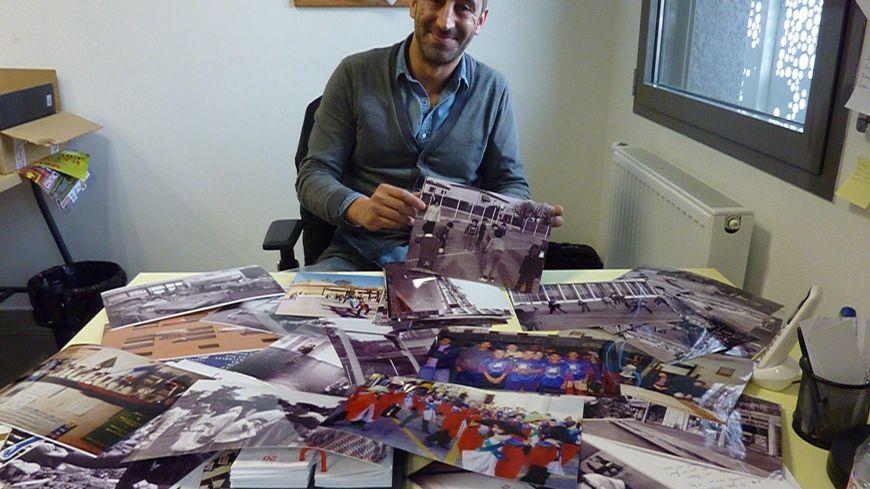 Sur son bureau Eddy Khélifa étale près de 40 ans de la mémoire du quartier de la Monnaie à Romans.