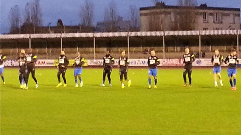 Les joueurs de Cherbourg à l'échauffement au stade Maurice Postaire.