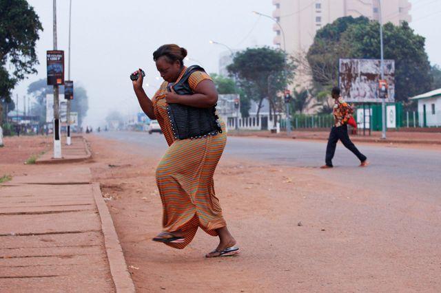 Une femme tente d'échapper aux coups de feu à Bangui