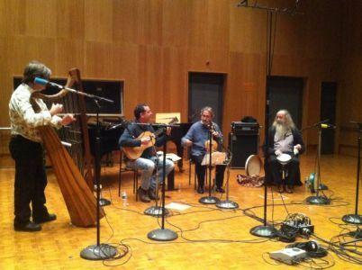 Jordi Savall, le théorbiste Xavier Díaz-Latorre, le percussioniste Pedro Estevan et le harpiste Andrew Lawrence King