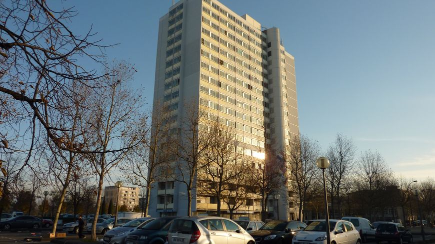 Une tour vers la place de l'Europe quartier Fontbarlettes à Valence, décembre 2013.