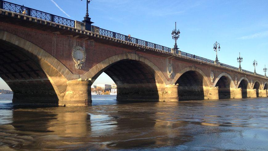 La Garonne et le Pont de Pierre, à Bordeaux
