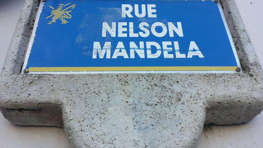La rue Nelson Mandela à Saint-Brieuc inaugurée le 9 janvier 1988 deux ans avant la libération du père de la nation arc-en-ciel