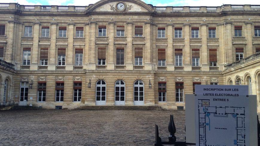 Plusieurs centaines d'habitants viennent s'inscrire chaque jour à la mairie de Bordeaux.