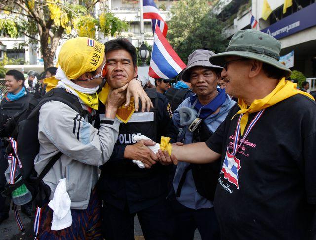 Des manifestants embrassent un policier à Bangkok, Thaïlande