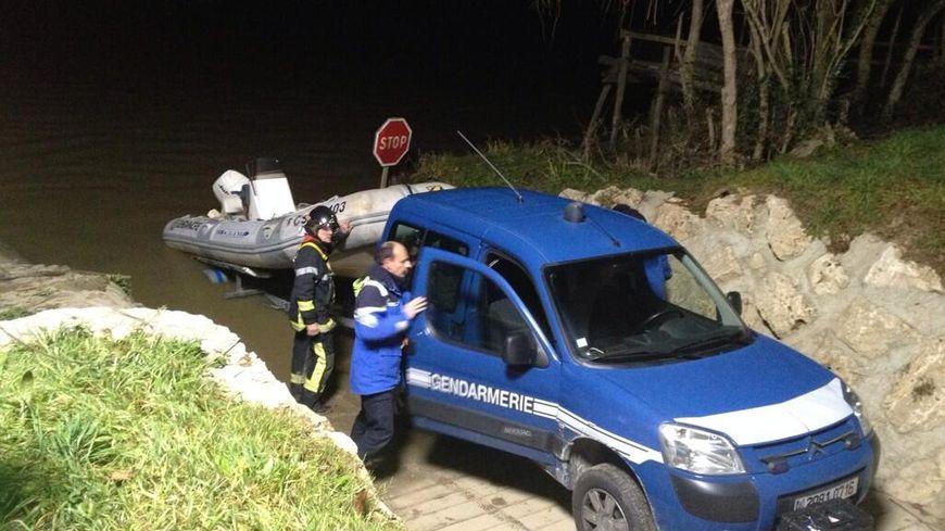 La gendarmerie affrète un autre zodiac pour tenter de retrouver les 4 victimes du crash d'hélicoptère à Lugon.