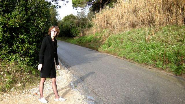 La maman de l'adolescent montre avec son pied l'endroit où la voiture a percuté violemment son fils.