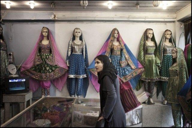 Sparghai choisit une robe pour aller a un mariage auquel elle est invitee