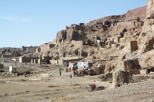 Habitants pauvres de Bamyan installés dans des maisons troglodytes