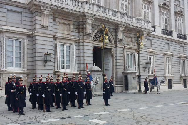 La relève de la garde espagnole, devant le Palais Royal à Madrid