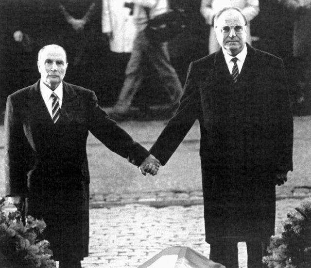 9/22/1984 à Verdun Francois Mitterrand et le chancelier Helmut Kohl