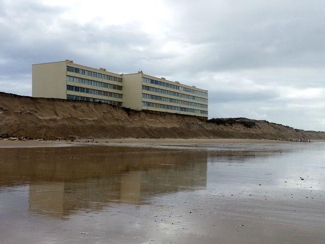"""L'immeuble """"Le Signal"""" à Soulac, un marqueur de l'érosion côtière en Aquitaine"""