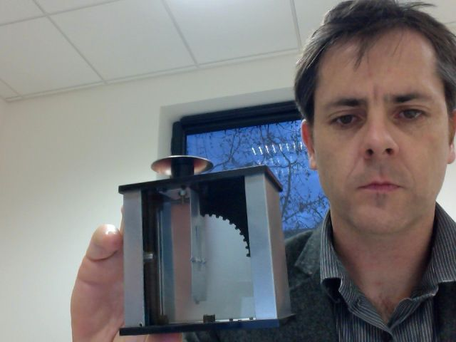 Simon Meyer avec un électroscope