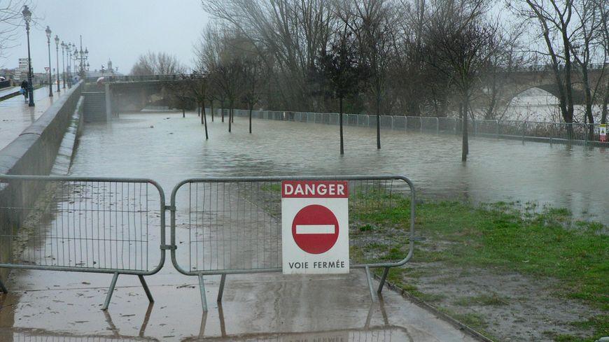 La Garonne déborde sur les quais à Bordeaux