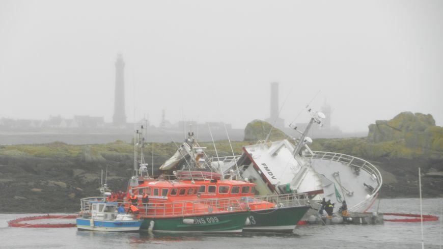 Le chalutier l'Estran, en difficulté à l'entrée du port de Saint Guénolé