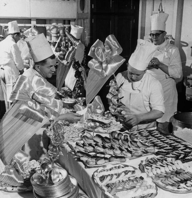 préparation des pâtisseries dans les cuisines à bord du paquebot France