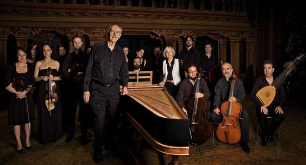 L'Ensemble Il Complesso Barocco et son fondateur Alan Curtis, au centre.