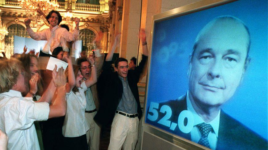 L'annonce de l'élection de Jacques Chirac, en 1995, devant la mairie de Paris