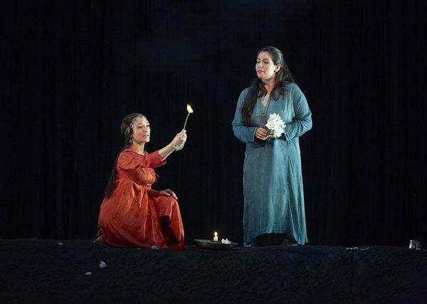 Acte I : Lakmé (Sabine Devieilhe) et Mallika (Élodie Méchain), le Duo des Fleurs. © Pierre Grosbois