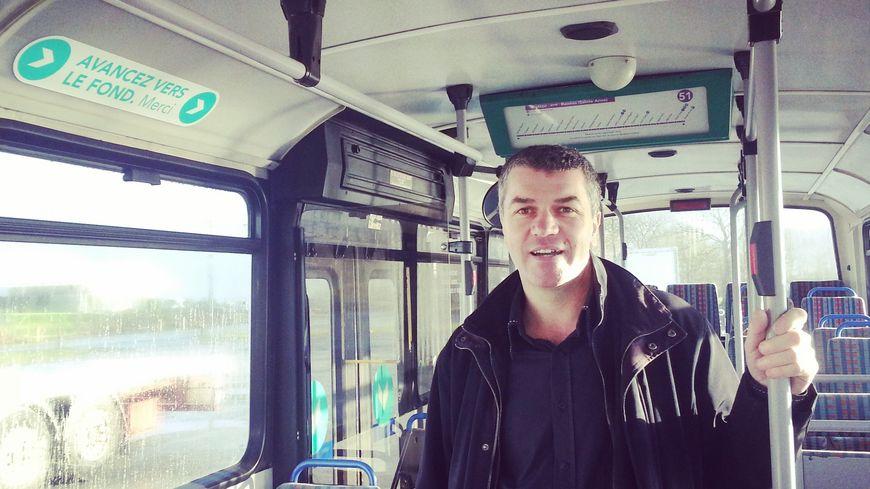 Hervé Godard à bord de son bus de campagne