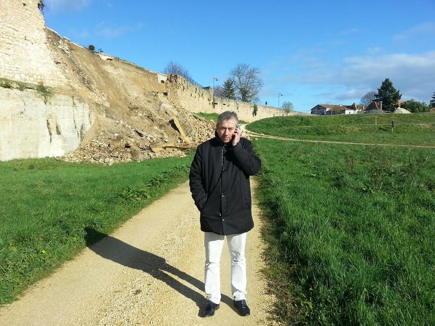 Le rempart effondré de Saint Aulaye avec le maire Yannick Lagrenaudie