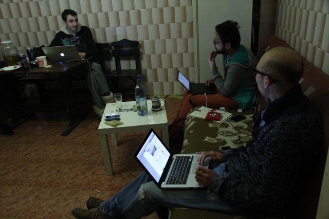 Trois membres de la Maison des journalistes dans la cuisine de la collocation