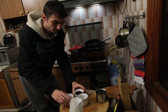 Vlad prépare du vin chaud pour ses collocs