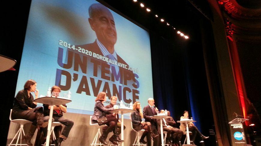 Alain Juppé sur la scène du Fémina interrogé par 8 témoins des groupes de réflexion