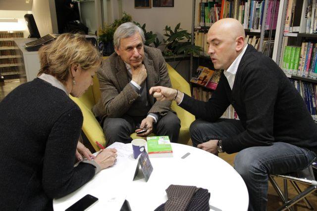 Dernière réunion avant le direct pour Hélène Jouan, Jean-Marie Colombani et Eric Valmir