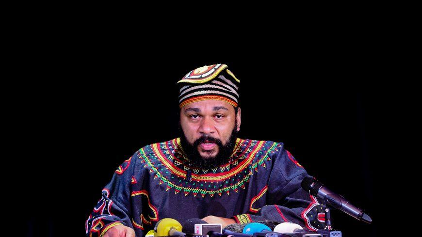 L'humoriste controversé Dieudonné donne une conférence de presse au théâtre de la Main d'Or à Paris